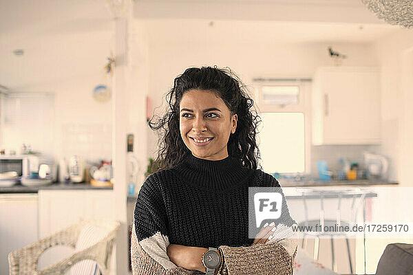 Porträt glückliche schöne Frau schaut weg in der Küche