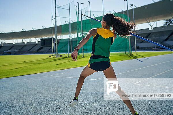 Weibliche Leichtathletin beim Speerwurf