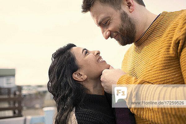 Glückliches  zärtliches Paar von Angesicht zu Angesicht