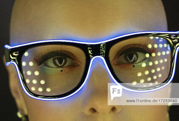 Close up Porträt modische Frau in futuristischen Neon-Brille