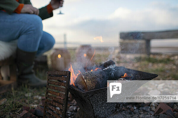 Kleine Feuerstelle auf der Veranda