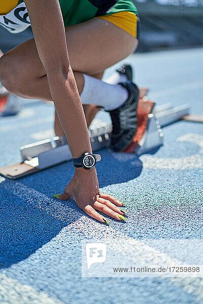 Nahaufnahme weibliche Leichtathletin am Startblock