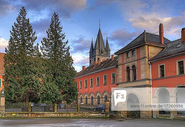 Schloss und Kirchturm der evangelischen Stadtkirche in Schwaigern im Kraichgau  Landkreis Heilbronn  Baden-Württemberg; Süddeutschland  Deutschland  Europa.