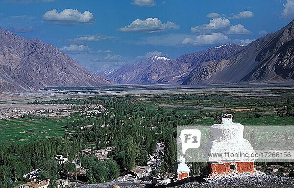 Indien  Ladakh  Leh District  Nubra Valley  Landschaft mit Himalaya und buddhistischem Lamayuru-Kloster im Tal