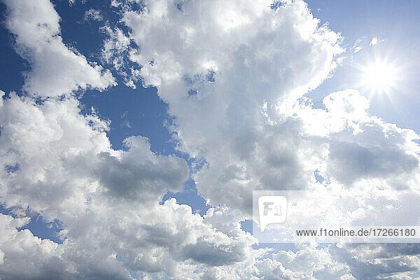 Sonnenaufgang durch Wolken am Himmel