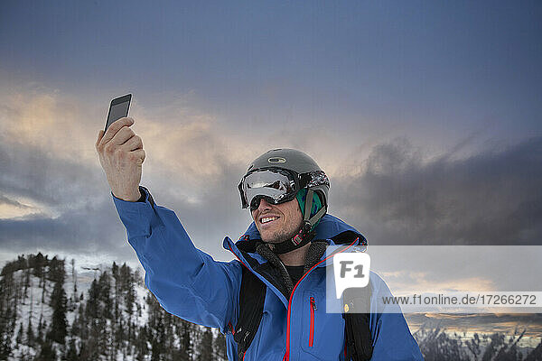 Frankreich  Haute Savoie  Chamonix  Mont Blanc  Skifahrer nimmt Selfie in den Bergen