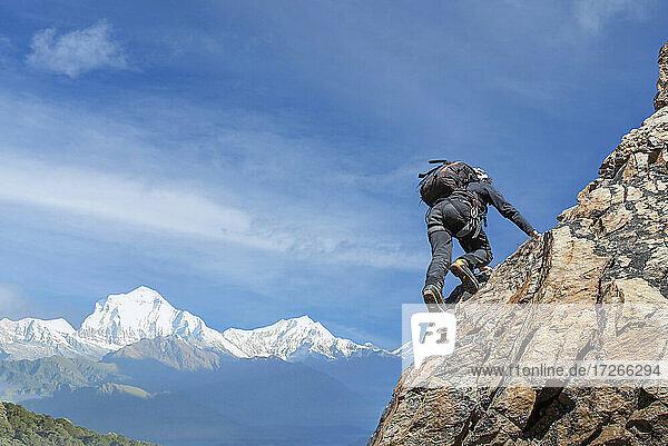 Frankreich  Haute Savoie  Chamonix  Mont Blanc  Mann klettert Felswand des Mont Blanc