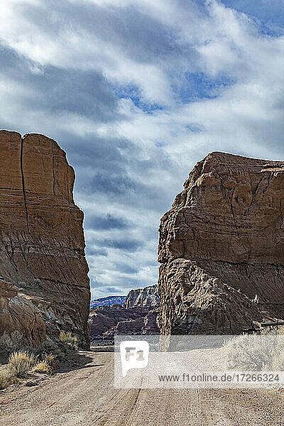 USA  Utah  Escalane  Schotterstraße zwischen Sandsteinfelsen im Grand Staircase-Escalante National Monument