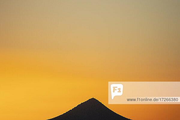 USA  New Mexico  Santa Fe  Sonnenuntergang Himmel über Gipfel in Cerrillos Hills State Park