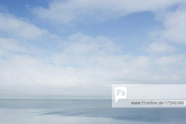 USA  Massachusetts  Cape Cod  Nantucket Island  Weiße Wolken über Nantucket Sound