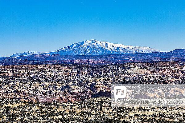 USA  Utah  Escalante  Entfernte schneebedeckte Berge in felsiger Landschaft des Grand Staircase-Escalante National Monument