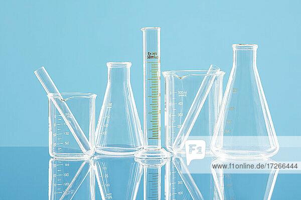 Laborglaswaren gegen blauen Hintergrund