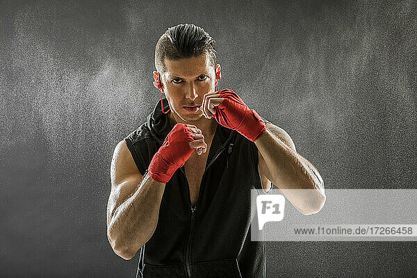 Porträt eines muskulösen Mannes in Boxhaltung