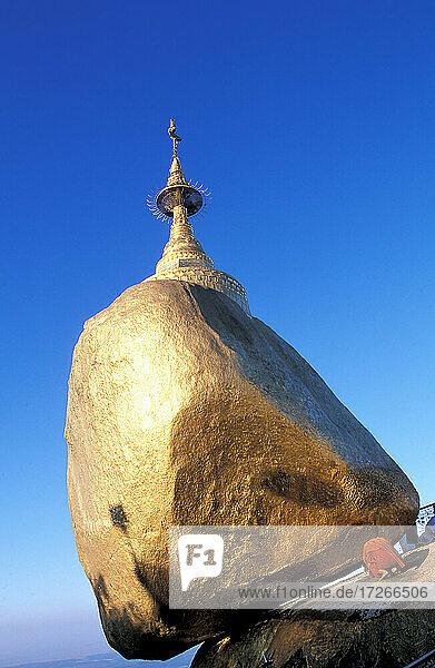 Myanmar  Mon-Staat  Kyaiktiyo  buddhistischer Mönch beim Beten in der Kyaiktiyo-Pagode  die auf einem Granitfelsen errichtet wurde