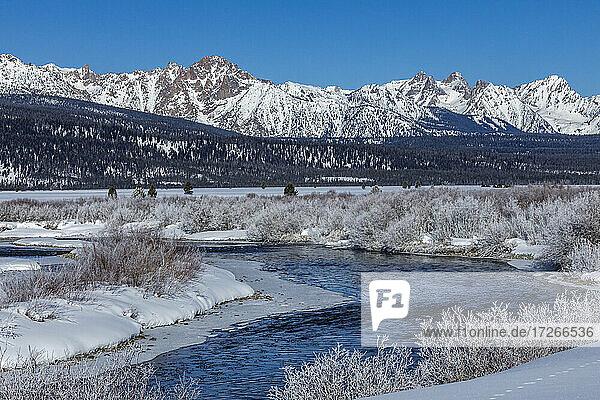 USA  Idaho  Stanley  Salmon River und Sawtooth Mountains im Winter