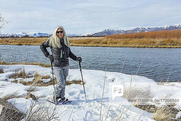 USA  Idaho  Bellevue  Seniorin beim Schneeschuhwandern im Silver Creek Preserve