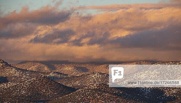 USA  New Mexico  Santa Fe  Bunte Wolken bei Sonnenuntergang über Sangre de Cristo Mountains