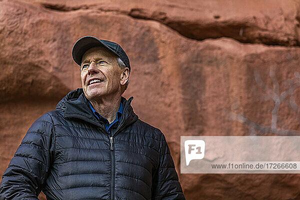 USA  Utah  Escalante  Porträt eines älteren Mannes beim Wandern im Grand Staircase-Escalante National Monument