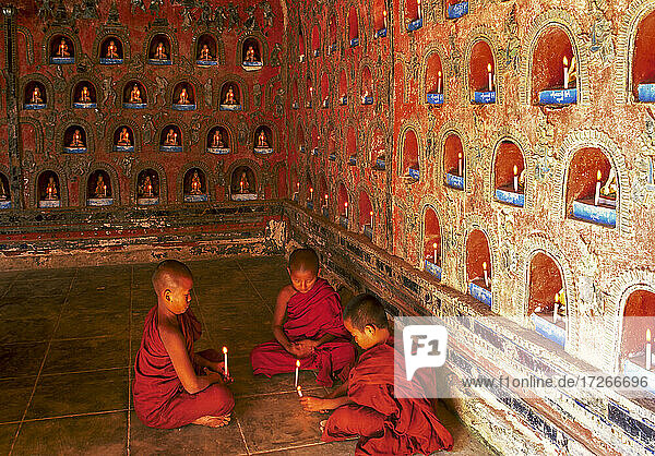 Myanmar  Shan-Staat  Inle-See  Novizen buddhistischer Mönche zünden Kerzen im Shwe Yan Pyay-Kloster an