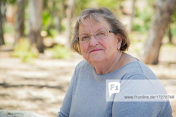 Glücklich zufrieden Senior Frau Porträt im Freien im Park