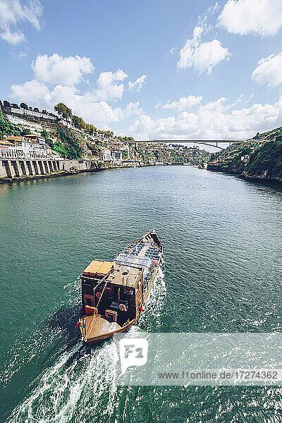 Boot auf dem Douro-Fluss gegen den Himmel  Porto  Portugal