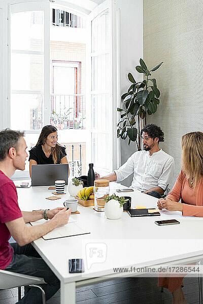 Männlicher Fachmann plant mit Kollegen im Coworking-Büro