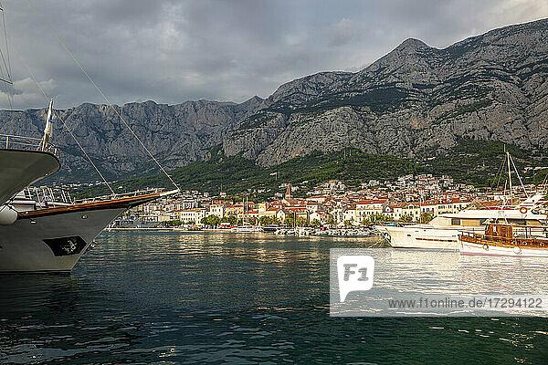 Croatia  Split-Dalmatia County  Makarska  Makarska Riviera harbor with Biokovo range in background