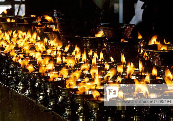China  Tibet  Lhasa  Brennende Kerzen in einem tibetischen buddhistischen Tempel