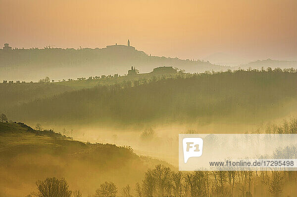 Italien  Toskana  Val D'Orcia  Pienza  Nebelverhangene Hügel bei Sonnenaufgang