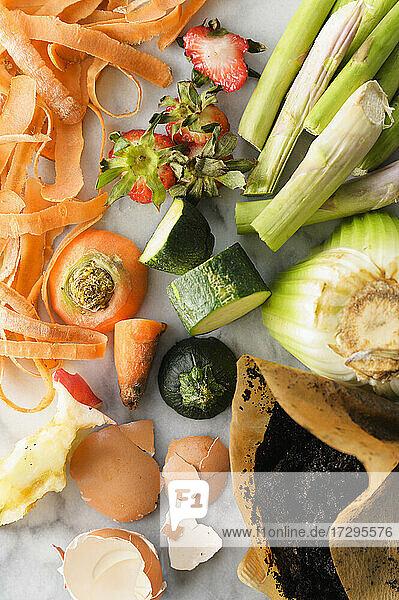 Draufsicht auf kompostierbare Gemüseabfälle