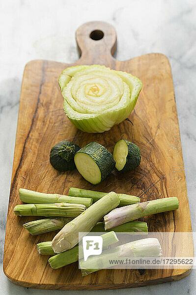 Kompostierfähige Gemüsereste auf einem Holzschneidebrett