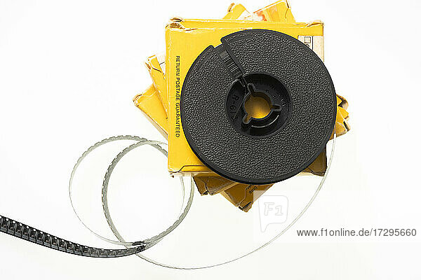 Studioaufnahme von 8-mm-Filmspule und Schachteln