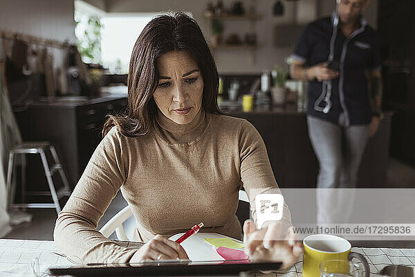 Geschäftsfrau bei der Arbeit am digitalen Tablet im Home Office