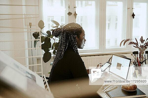Unternehmerin mit Laptop bei der Arbeit im Home Office