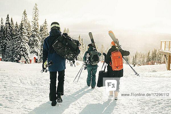 Volle Länge Rückansicht von Freunden zu Fuß im Skigebiet im Winter