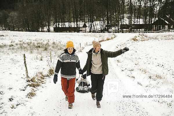 In voller Länge lesbische Paar Ziehen Tochter auf Schnee