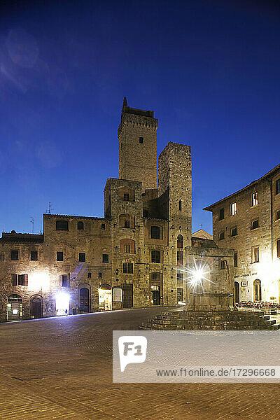 Italien  Toskana  San Gimignano  Mittelalterliche Türme und Gebäude bei Nacht beleuchtet