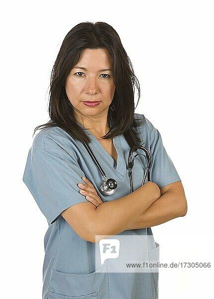 Ernster hispanischer Arzt oder Krankenschwester vor einem weißen Hintergrund
