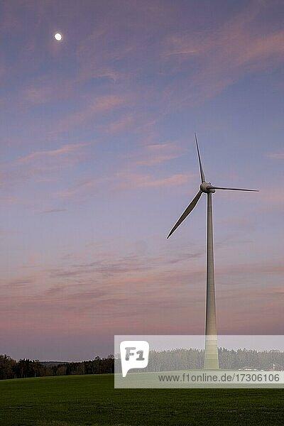 Sonnenuntergang  Windrad bei Langenaltheim  Mittelfranken  Bayern  Deutschland  Europa