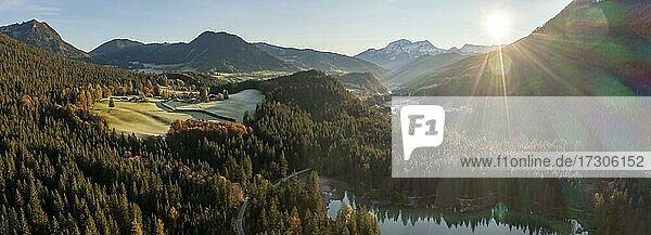Luftaufnahme  Morgenstimmung  See und Herbstliche Bäume von Oben  Hintersee  Berchtesgaden  Bayern  Deutschland  Europa