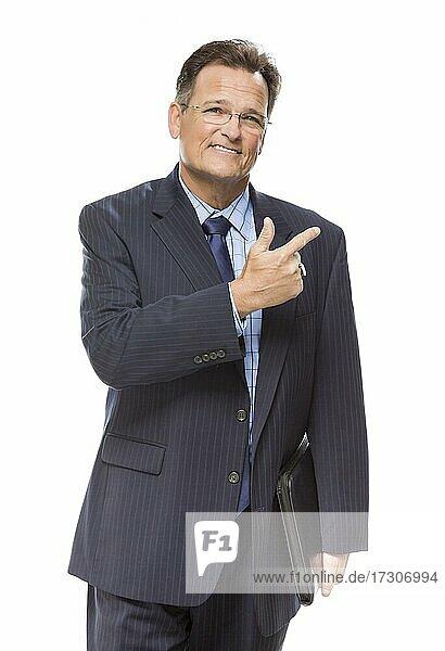 Gutaussehender Geschäftsmann  der zur Seite zeigt  vor weißem Hintergrund