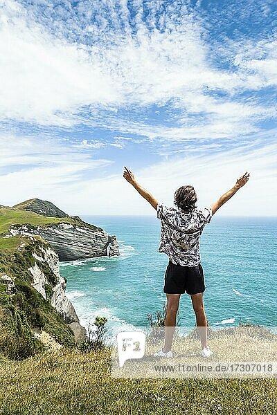 Kerl an einer Klippe  Cape Farewell  Golden Bay  Südinsel  Neuseeland  Ozeanien