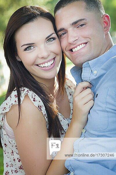 Glückliches gemischtrassiges romantisches Paar Porträt im Park