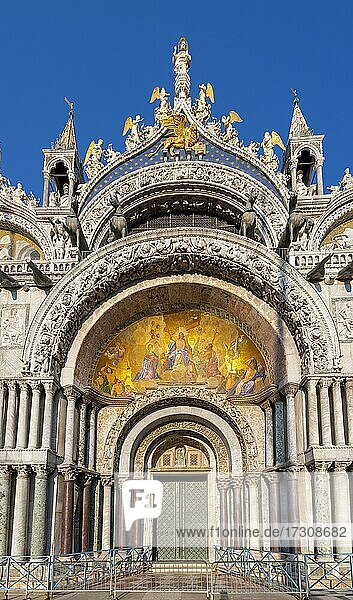 Eingang zum Markusdom  Basilica di San Marco  Kathedrale mit vergoldeten Innengewölbe  Markusplatz  Venedig  Venetien  Italien  Europa
