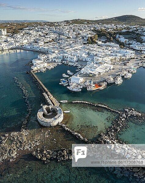 Luftaufnahme  Stadtansicht und Hafen von Naoussa  Hafenmauer mit Venezianischen Ruinen  Paros  Kykladen  Griechenland  Europa