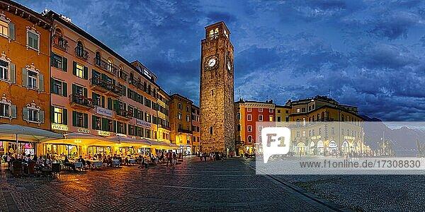 Piazza Novembre mit Torre Apponale am Abend  Riva del Garda  Gardasee Nord  Trento  Trentino-Alto Adige  Italien  Europa