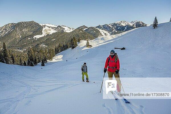 Skitourengeher  Junge Frau und Mann auf Skitour zum Roßkopf  Mangfallgebirge  Bayerische Voralpen  Oberbayern  Bayern  Deutschland  Europa