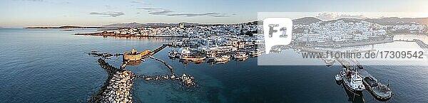Abendstimmung  Luftaufnahme  Stadtansicht und Hafen von Naoussa  Hafenmauer mit Venezianischen Ruinen  Paros  Kykladen  Griechenland  Europa