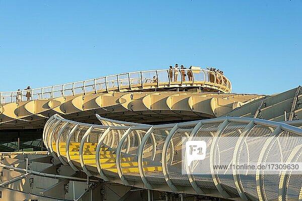 Besucher auf Besuchersteg im Abendlicht  Moderne Architektur  Metropol Parasol  Las Setas  geschwungene Holzkonstruktion  Plaza de la Encarnación  Sevilla  Andalusien  Spanien  Europa