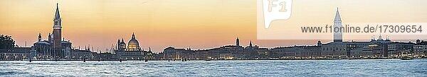 Abendstimmung am Meer  Insel Isola di San Giorgio Maggiore mit Kirche San Giorgio Maggiore  Basilika Santa Maria della Salute  Lagune von Venedig mit Campanile und Dogenpalast  Venedig  Venetien  Italien  Europa